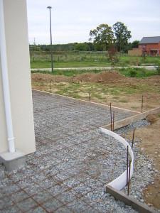 terrasse beton contre la maison. Black Bedroom Furniture Sets. Home Design Ideas