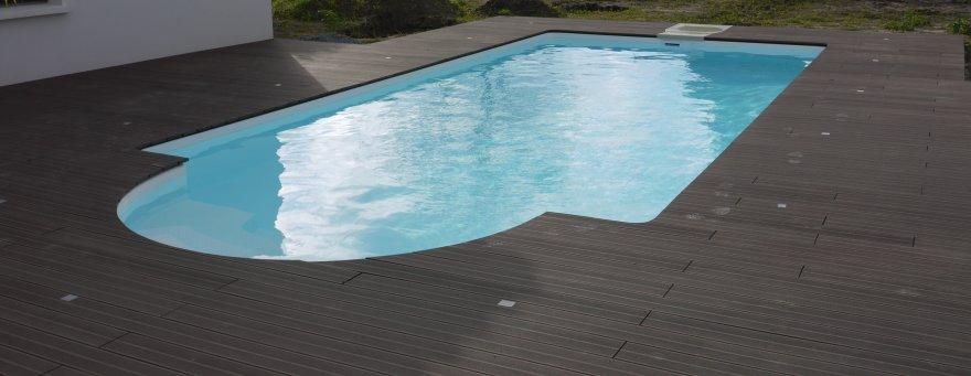 plage de piscine en bois composite piscine pour terrasse en bois autour d une mini ma in canap. Black Bedroom Furniture Sets. Home Design Ideas
