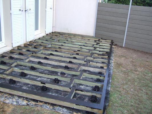 terrasse bois sur pelouse nos conseils. Black Bedroom Furniture Sets. Home Design Ideas