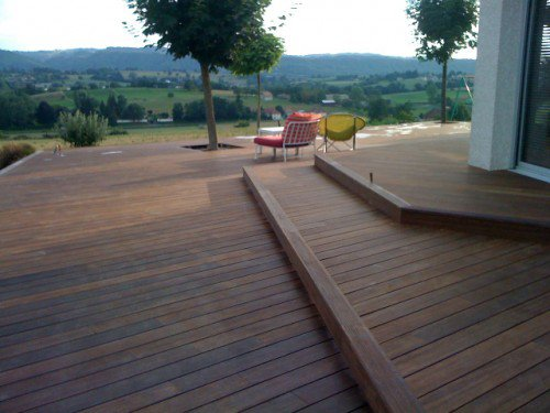 terrasse bois terrain pente nos conseils. Black Bedroom Furniture Sets. Home Design Ideas