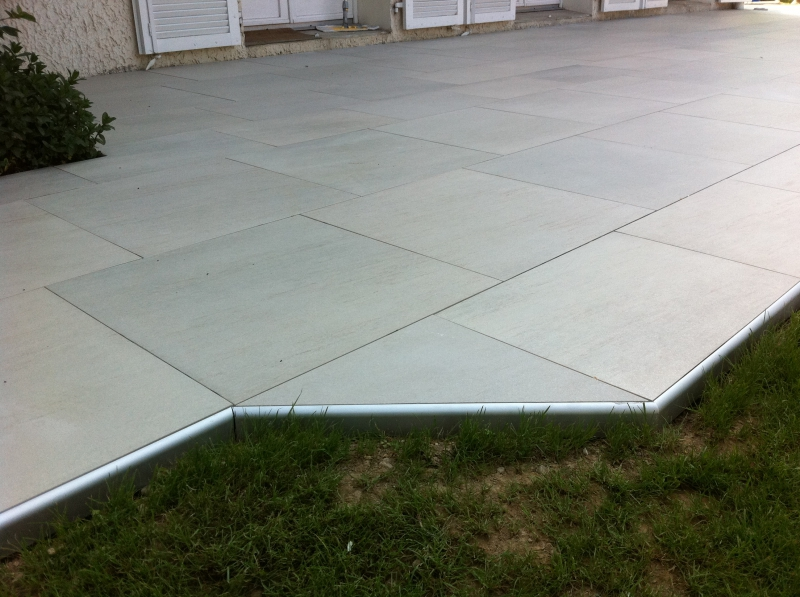 Terrasse carrelage finition nos conseils for Baguette d angle carrelage