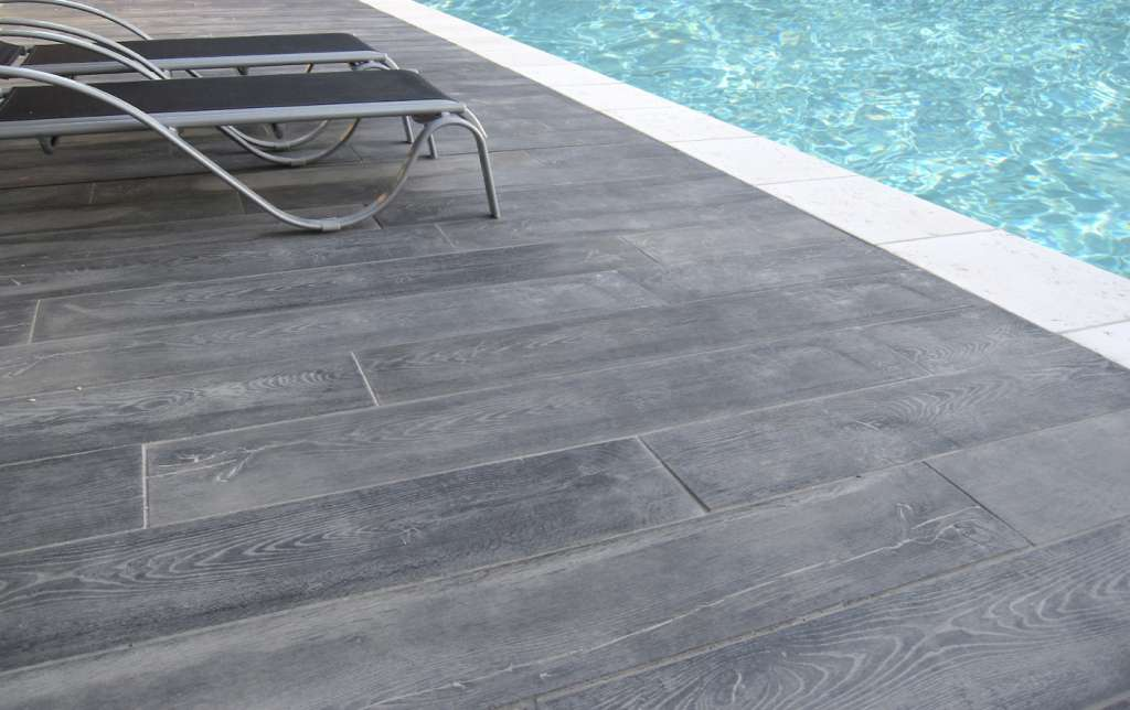 Terrasse piscine bois gris diverses id es for Photo terrasse carrelage gris