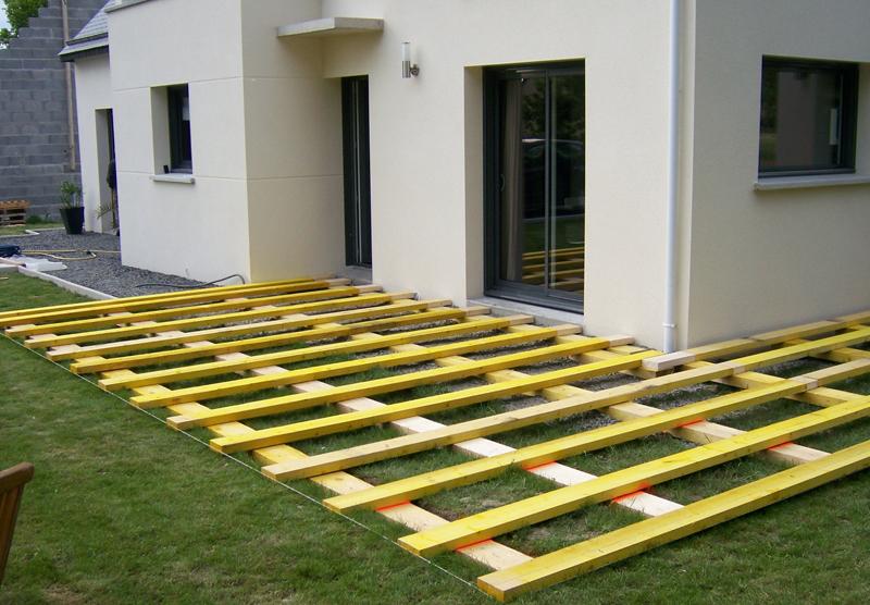 Terrasse composite sur herbe nos conseils - Terrasse bois sur terre ...