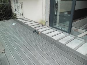 Terrasse en bois composite sur dalle beton nos conseils - Mousse sur terrasse beton ...