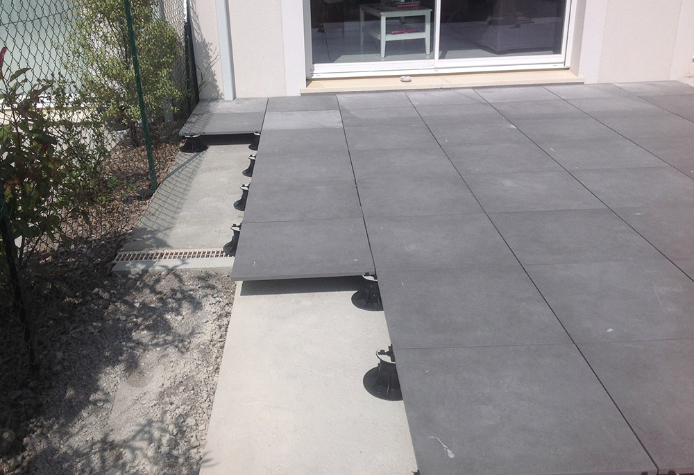 Terrasse en carrelage ou dalle nos conseils for Pose carrelage terrasse sur plots