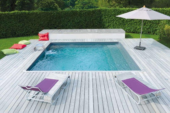 terrasse pour piscine simple lambourdes en bois exotiques pour terrasse et contour de piscine. Black Bedroom Furniture Sets. Home Design Ideas