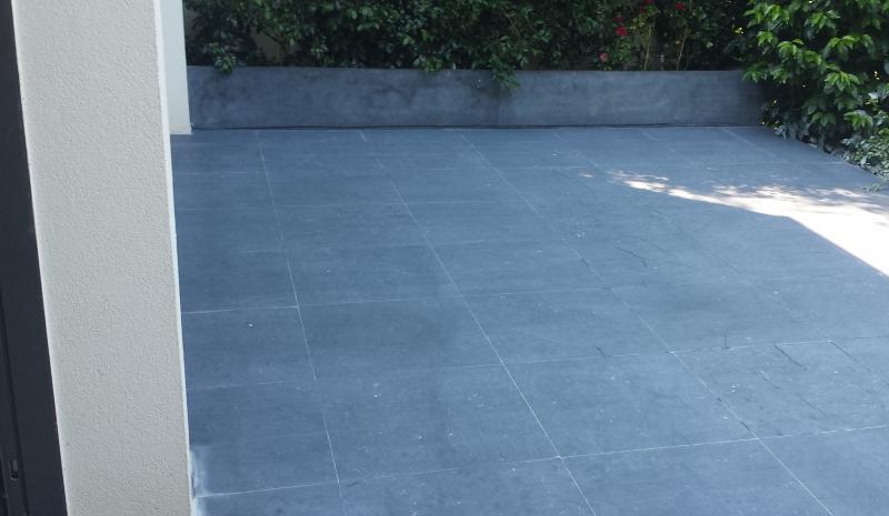 Terrasse granit ou pierre bleue nos conseils for Carrelage en pierre bleue belge