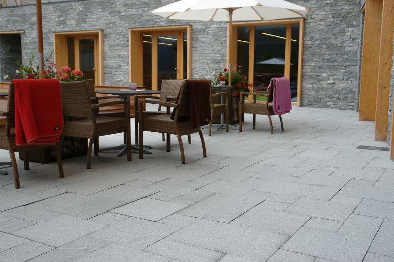 terrasse pierre grise nos conseils. Black Bedroom Furniture Sets. Home Design Ideas