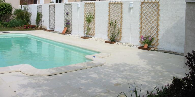 Terrasse piscine gravillon nos conseils for Terrasse teck piscine